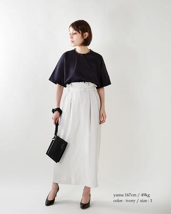 白のスカートを主役にしたコーディネート。ハイウエストがトレンディで、モードな着こなしですね。