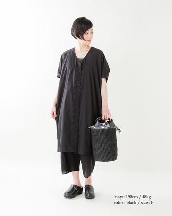 上下黒でも、透け感のあるパンツやかごバッグを合わせて、重たくない夏らしい着こなしに。