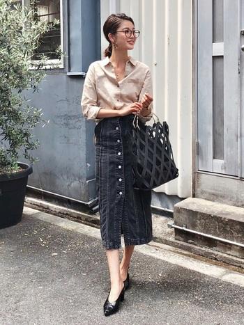 実はリネンシャツとデニムスカートの相性はばっちりなんです!もちろんフレアスカートでナチュラルに仕上げても可愛いのですが、そこであえてタイトスカートで綺麗目に仕上げることでいっきに大人な印象に格上げ!