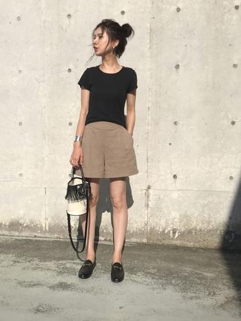 普段ハーフパンツを履かない方は、無地の黒Tシャツを合わせるのがおすすめ。大人な女性の雰囲気に、ヘルシーな魅力も加わってさらに素敵に。アクセサリーはシルバーで統一し夏感をだすと尚良し!