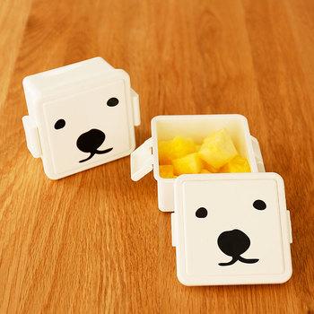 あどけない表情のシロクマのボックスは、蓋を凍らせると保冷材代わりになるという嬉しい機能つき。夏の暑い時でもサラダやフルーツなどを安心して持ち歩けます。