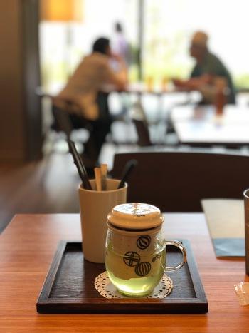 さらに、可愛い容器に入った日本茶もついてきます。たっぷり品数のある美味しいご飯をいただき、のんびりとお茶を飲む、そんな、贅沢な朝のひとときにお腹だけでなく心まで満たされそう。