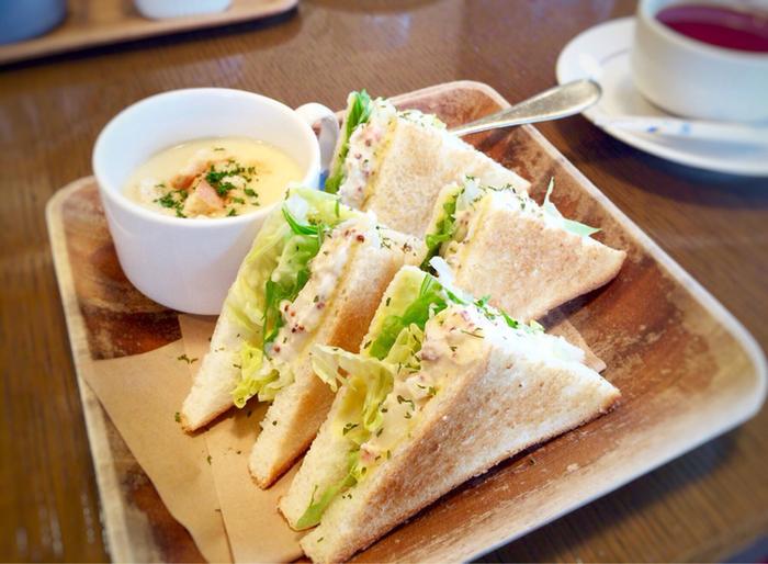 平日は朝8時からオープンしており、平日限のモーニングセット目当てに出勤前や、ショッピングや観光前に訪れる方も多いそう。人気のサンドウィッチセットのパンはトーストされておりカリッとした食感が香ばしく、具材もたっぷり。さらに嬉しいことにドリンクの他にスープまでセットでついてきます。