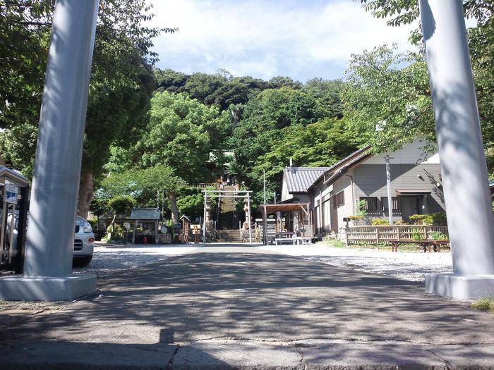 まずはパワースポットで特に有名な「走水神社」をお参りしましょう。日本武尊(やまとたけるのみこと)と弟橘媛命(おとたちばなひめのみこと)をお祀りしている神社です。この地の村人から慕われていた日本武尊が、上総国(現在の千葉県中央部)へ征伐に向かう際、自分の冠を村人に渡しました。そして村人がその冠を石櫃に納め、その上に社を建てたのが走水神社のはじまりと伝えられています。