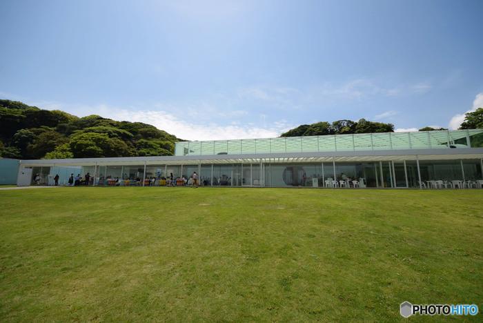 先に紹介した走水神社から歩いて10分程度のところにある横須賀美術館は、2007年に横須賀市の市政100周年を記念してオープンしました。この地にゆかりのあるアーティスト作品の展示をはじめ、企画展が年に6回も開催されています。何度も訪れたくなる美術館です。
