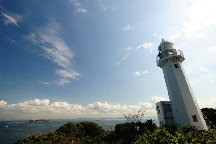 そして、観音崎公園で見逃せないのが「観音崎灯台」です。ここは、日本で初めて建設された洋式灯台があった場所です。大震災で2度の倒壊に見舞われ、現在の灯台は3代目。1925年からこの観音崎の地にそびえ立っています。