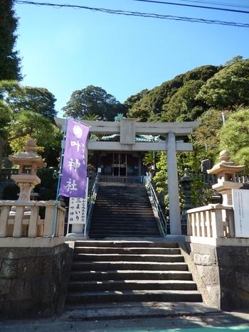 「西叶神社」「東叶神社」の2つの神社は浦賀の港を挟み向かい合っています。西叶神社にて勾玉を、そして東叶神社でお守り袋を購入し、お守り袋に勾玉を納めて身に着けると、恋愛だけでなくさまざまな良縁が結ばれると伝えられています。ここまで聞いてしまったら、西叶神社だけでなく、東叶神社もあわせて訪れたくなりますよね!?