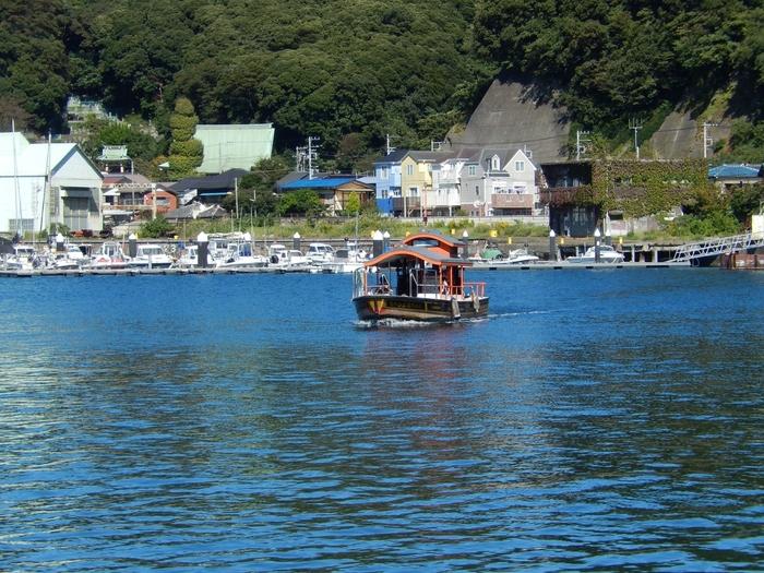 ポンポン船という愛称を持つ浦賀の渡船は、港に隔てられた浦賀の住民にとって重要なもの。この渡船に乗り、東叶神社へと行くことができます。時刻表はないため、港に行った際に船がいなければ呼び出しボタンを押しましょう。すると対岸からすぐに渡船がきてくれます。約3分の船旅を楽しんでくださいね。