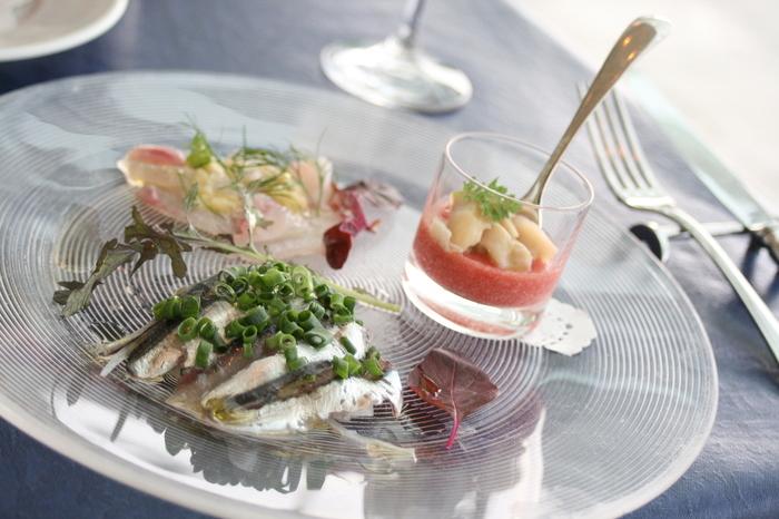 通常メニューの他にランチメニューやコース料理もあるので、美術館をお昼の時間に合わせて訪れるのがおすすめです。事前に時間を決められる場合や、「アクアマーレ」でゆっくりと過ごしたいという方は予約をしておきましょう。目の前の海で採れた新鮮な魚介をいただけますよ。