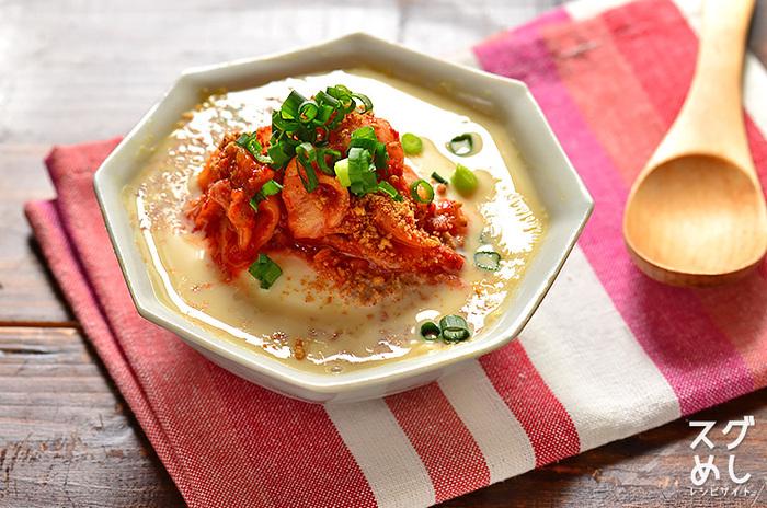 包丁もお鍋もいらないお手軽スープは、材料を用意して電子レンジで2分加熱するだけ!キムチのピリリとした辛味が、お豆腐と豆乳スープの風味にまろやかにからみあうひと皿。ランチにもお薦めです。
