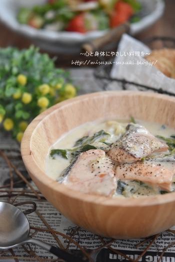 フライパン1つで作れちゃうこちらのレシピも鮭のピンク、ほうれん草の緑、豆乳のクリーム色と彩りも鮮やかで自然とお料理上手に見えちゃう1品。市販のシチュールーも売っていますが、実はお家にある材料で簡単にできちゃうんですよね。