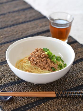 ベースの豆乳スープは市販の豆乳を注ぐだけ。あとは具の肉味噌を炒めて麺を茹でたら完成!スープ・具・麺と手の混んだ調理になりそうではありますが、どれもあっというまにできちゃいます!暑くて食欲が無い時にも麺類はつるっと喉越しもよく、美味しく食べられそうですね。