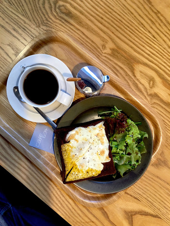 一人でも気軽に立ち寄れるモダンなカウンターでいただくモーニングセットは、フレンチプレスで抽出されたモーニングコーヒーと、モーニング角食トースト。こちらは2種類のチーズがたっぷりかかった「角食トーストwithチーズ」。チーズ好きにはたまらない、贅沢な朝ご飯です♪