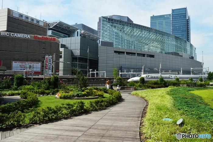 JRの有楽町駅のすぐ目の前にある、各地のアンテナショップやパスポートセンター、回転レストラン、新幹線尾よく見える屋上庭園(画像)などで有名な東京交通会館。