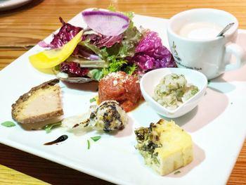 コースメニューは、ちょっとずつ盛り合わせてくれる前菜+鎌倉野菜のたっぷりサラダ、選べるメインなどが揃い、女性にも嬉しい。どこかのんびりしたお店の雰囲気に癒されて下さい。