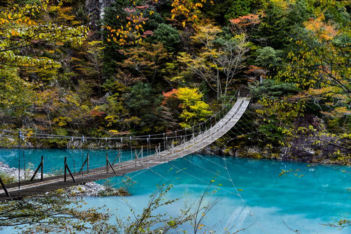 """その寸又峡にかかっているのが「夢の吊橋」。""""橋の中央で恋の願い事をすればその恋が叶う""""というロマンティックな伝説があり、パワースポットとしても有名な場所です。「夢の吊橋」へお友達や彼と一緒に出かけてみませんか?"""