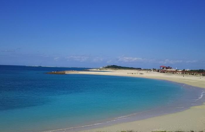 豊崎海浜公園内にある豊崎美らSUNビーチは、沖縄本島南西部の沖縄県豊見城市に位置するビーチです。その全長は約700メートルに及び沖縄本島でも巨大なビーチとして知られています。
