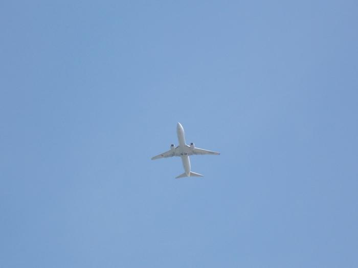 那覇空港から車で約15分で到着する抜群の立地を誇る豊崎美らSUNビーチは、大勢の観光客で賑わっています。海岸からは、すぐ間近で飛行機が飛び立ってゆく瞬間を見かけることもできます。