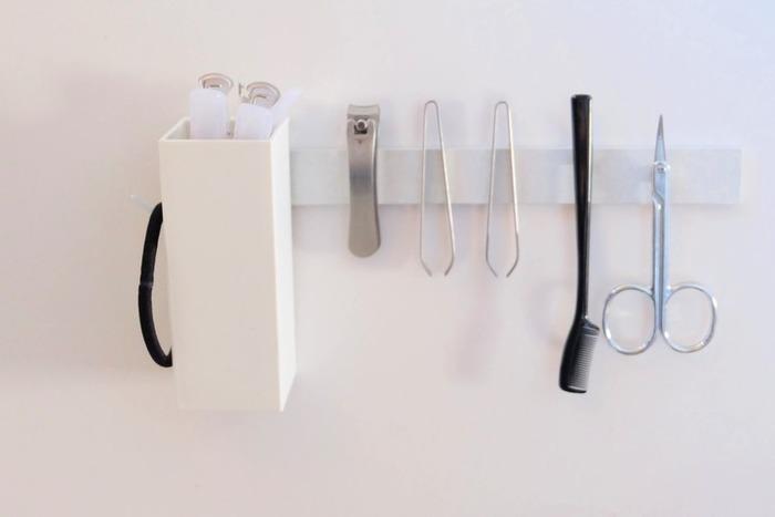 こちらは、洗面所の収納棚の扉裏。ペンポケットにはヘアクリップを、爪切りなどの小物たちには小さな強力マグネットを貼り付けて収納するというアイデアは、ぜひ真似してみたいですね。