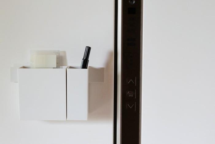 ファイルボックス以外にも、先ほどの「マグネットバー」と組み合わせれば、このように冷蔵庫などに貼って使うこともできるんです!冷蔵庫にペンと付箋を入れたり、玄関のドアに鍵や印鑑を入れたり…など、マグネットの付く場所なら、どこにでも設置することができるのでとても便利♪