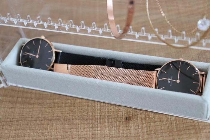 こんな風に、ケースの一番下部分に入れて使います。お気に入りの腕時計もディスプレイしながら収納できちゃいます♪