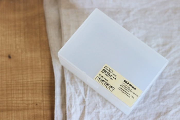 無印良品のポリプロピレン小物収納ケースには、小さなものから大きなものまでたくさんの種類があります。こちらの「救急用品ケース」は、小さくても深さが程よくあるので、あらゆる小物収納に使い勝手が良いサイズです。