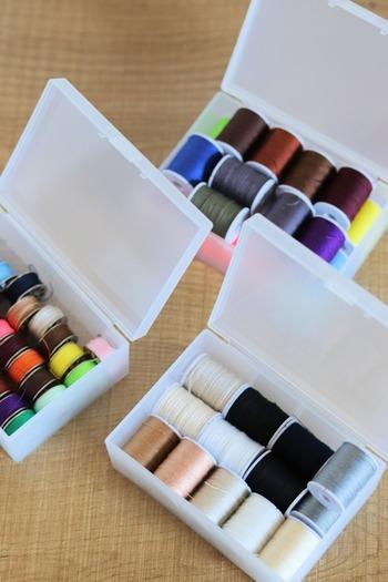 例えば、裁縫道具の収納に。ミシンのボビンやカラフルな糸もひとまとめにしておくと選びやすいですね。