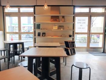 白木のテーブルと照明が温かい雰囲気の店内。昭和8年に建てられた集合住宅をリノベーションしていて、ここは車庫だったそう。店名のそこに由来しています。インテリア系の雑誌が置かれていたり、空間の使い方がおしゃれです。