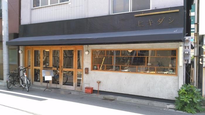 「ヒキダシ」は清澄白河の駅から6~7分歩いたカフェ。大通りから1本入った静かな住宅街にあります。元々皮革工房だった建物をリノベーションしたそう。