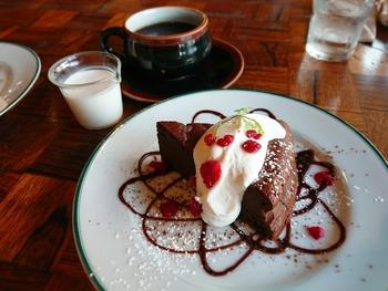 甘酸っぱいベリーが添えられたガトーショコラは、ふわふわの食感と濃厚なチョコレートのコクが口いっぱいに広がります。ぽってりとしたカップに注がれたコーヒーと一緒にどうぞ。