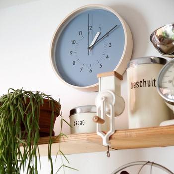 一日に何度も見る時計をブルー系にしてみるのはいかがでしょう。ブルーにはリラックス効果がありますから、「もうこんな時間!急がないと!」と焦りそうな忙しい時間帯でも、冷静に落ち着いて行動できそうですよね。