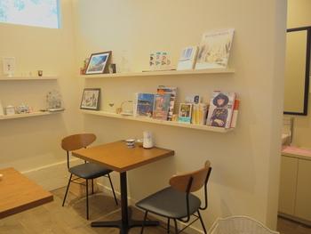 カウンターとテーブル席の小さな店内は、海外の雑誌や小物などがディスプレイされたおしゃれな雰囲気です。