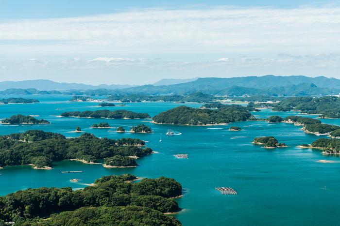 九十九島は、佐世保港から北へ約25kmに渡って、大小の島々が浮かんでいる海域。九十九島という名前ですが、実際にはなんと208の島が点在しています。1955年には西海国立公園に指定され、2018年に世界で最も美しい湾クラブにも加盟しました。ほとんどが無人島で、数ある中でも人が住んでいるのは4島だけなんです。