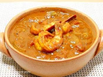 お肉だけでなく海鮮系もスパイスの効いたカレーにはおすすめです。トマトソースを加えれば日本人の口にも馴染みやすい味わいに。