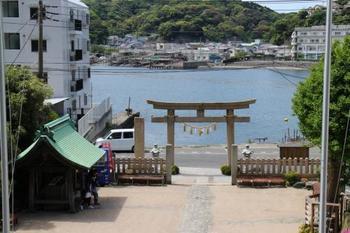 拝殿前から振り返ると浦賀港が見渡せます。清々しい景色に、心も清められそうです。