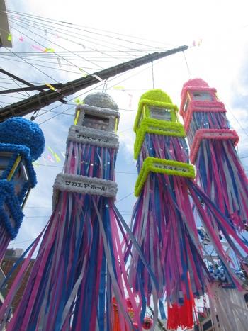 空高く吊るされた吹き流しは、平塚市街を華やかに彩ります。昼間にはパレードも行われるため、よりいっそう賑わいます。