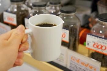 オーダーを受けてから豆を挽き、ハンドドリップするコーヒーは小さめのカップでいただきます。いろいろと飲み比べてみるのも楽しいですよ。