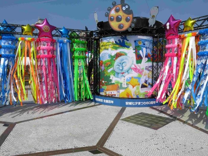 「安城七夕まつり」はJR安城駅周辺や近隣の商店街などで七夕飾りが飾られています。短冊をはじめ風船やキャンドルにも願い事を書くことができるなど、「安城七夕まつり」でしか見られないイベントが盛りだくさん!