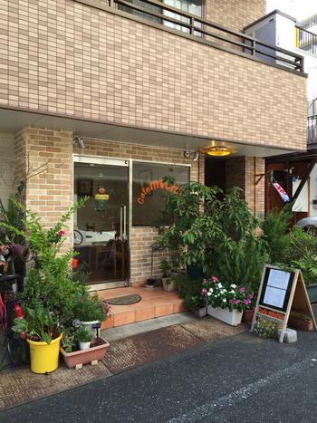 清澄白河の駅を出てすぐ、レンガ造りのマンションの1階にある「Cafe michis(カフェ ミチス)」。入口にたくさんの草花が飾られたカフェの店名は、オーナーの愛猫3匹の名前の頭文字からつけられたそう。