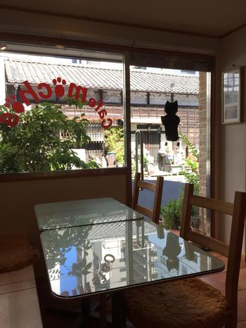 店内の壁や天井には、珪藻土に姫川薬石のパウダーを混ぜ込んだ天然素材を使用。通りを行き交う人をゆっくりと眺めながら過ごす時間は、癒しの空間で心も体もリラックスできそうです。