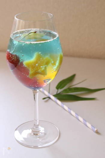 星型は冷凍マンゴーやメロンなどフルーツで再現。ブルーハワイ味のかき氷シロップをサイダーに混ぜてグラスに注げば、爽やかな七夕らしいドリンクの完成♪