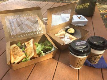 作りたてのトースティーを木場公園でいただくのもおすすめ。おしゃれ感とおいしさ、センスの良さに週に何度も通うというファンがいるのも納得です。
