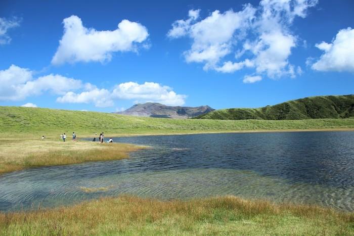 草千里は、草原と大きな池のコントラストも大きな魅力。この池は、雨水が溜まってできているんだそう。放牧された牛が池の水を飲む姿は、阿蘇を代表する情緒ある風景として親しまれています。池の側まで歩いて、のんびりと涼みましょう。