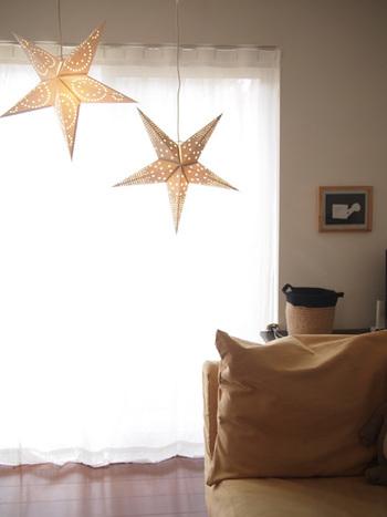 今年は笹を用意できないという人は、照明などちょっと七夕風のインテリアを楽しんでみては?天井の照明をペーパースターで飾ってみるのもステキですね!