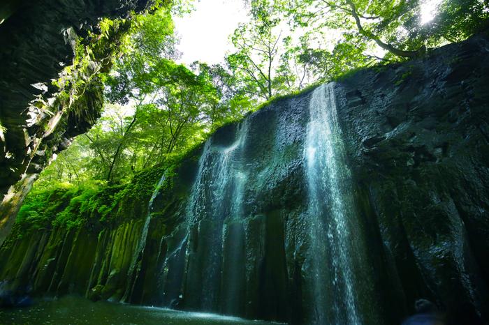 こちらの滝は、日本の滝百選にも選ばれている「真名井の滝」。高千穂は数々の神話が残る場所としても知られ、ここにも神話が残っています。天孫降臨の時に水がなかったため、天村雲命(アメノムラクモノミコト)が水種を移し、「天真名井」からの湧水が滝になっているといわれています。