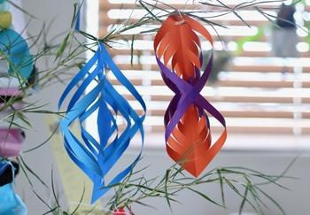 笹に願いをしたためた短冊だけを飾るのではなく、画像のように折り紙を折ったり切ったりして飾ってみるのもおすすめです。お子さんがいるご家庭では、一緒に作るのも楽しいかもしれませんね♪