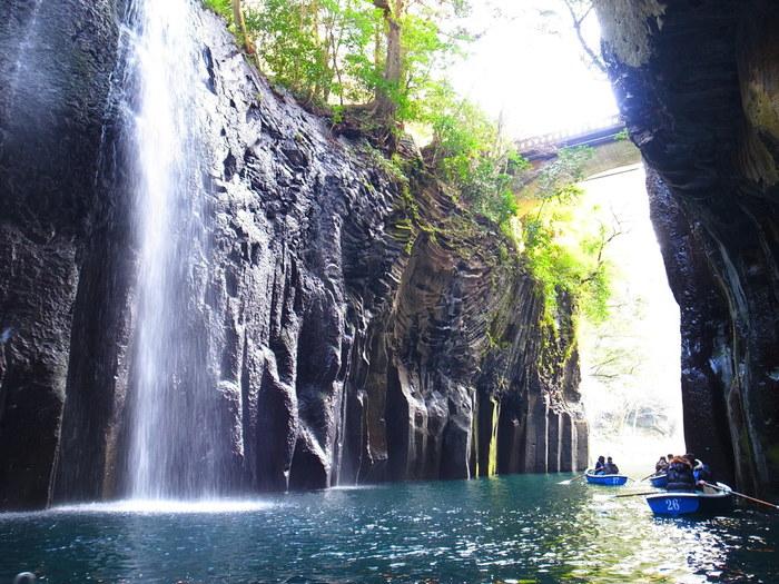 高千穂峡は遊歩道が整備されているため、風景を眺めながら散策するだけでも十分楽しめます。もっと高千穂峡を感じたい方は、真名井の滝を間近で見ることができるボードに乗るのがおすすめです!水しぶきやマイナスイオンを浴びながら、自然が作りだしたダイナミックな造形美や神秘的な空気が漂う、高千穂峡ならではの魅力を満喫してみてください。