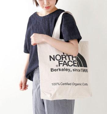 THE NORTH FACE(ノースフェイス)より、オーガニックコットンを使用したトートバッグ。大きめのサイズ感で、たっぷり収納できて使いやすいのが嬉しいですね。夏フェスや旅行時のサブバッグとしてはもちろん、普段使いにもOKな実用的なバッグはいかがでしょうか?