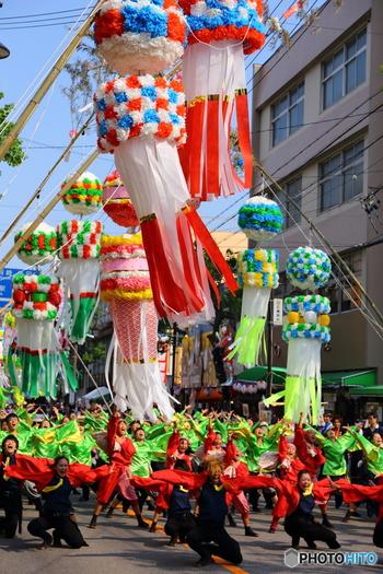 昼間行われるパレードはこの迫力!夜は盆踊りも開催されるようです。飾りを見るだけではない、楽しいイベントがたくさんあります。