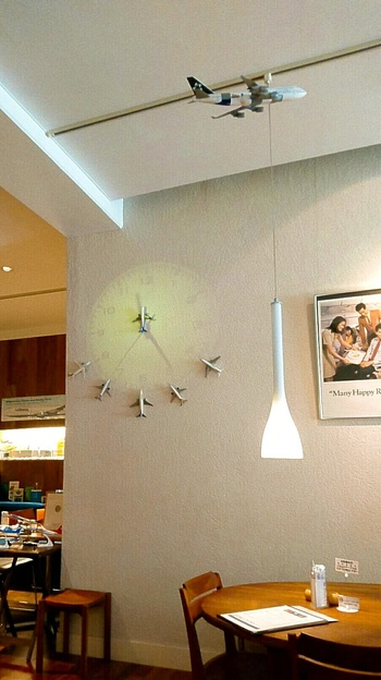 壁の時計にも飛行機が!落ち着いた店内で過ごす時間は、今まで体験したことのないわくわくした特別な時間になりそうです♪